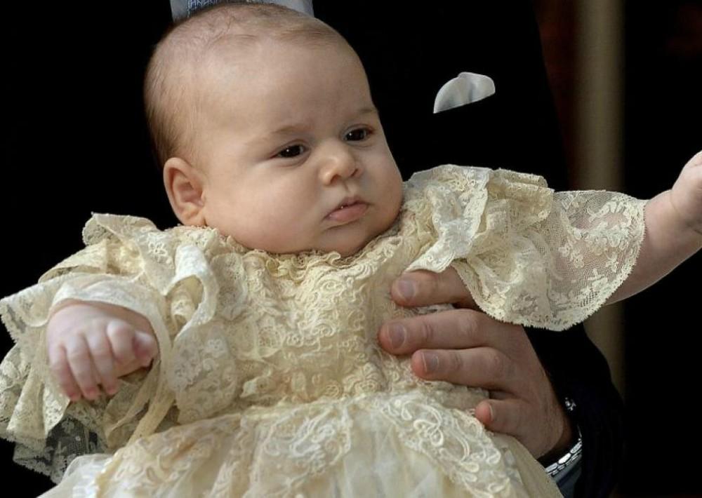 El bautizó se llevó a cabo el 23 de octubre de 2013 y el príncipe lució la réplica del tradicional faldón de cristianar de la familia real inglesa. (Foto: AP)