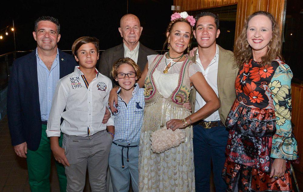 Álvaro Ortega, Lucas Ortega, Ismael Morales, Marcos Ortega, Jane Morales, Álvaro Ortega  hijo y Caty Morales. (Foto: Enid M. Salgado Mercado)