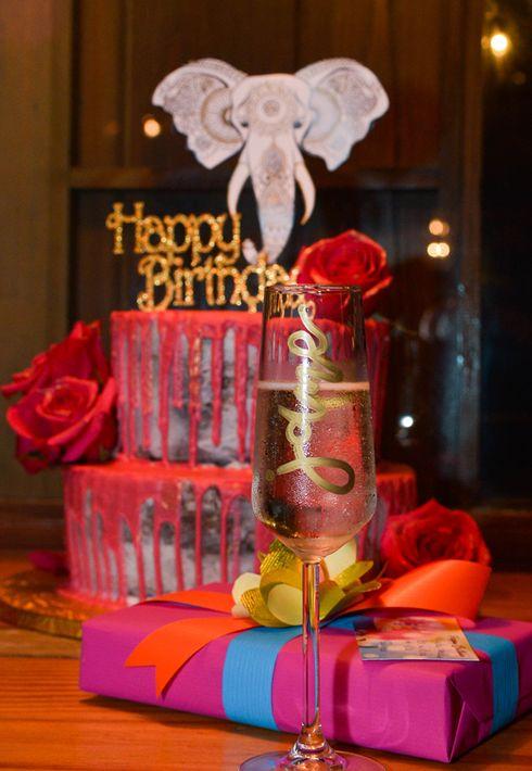 """El bizcocho """"naked"""" con drip de chocolate y rosas naturales preparado por Sonia Morales. La decoración fue de Lourdes Juan. (Foto: Enid M. Salgado Mercado)"""