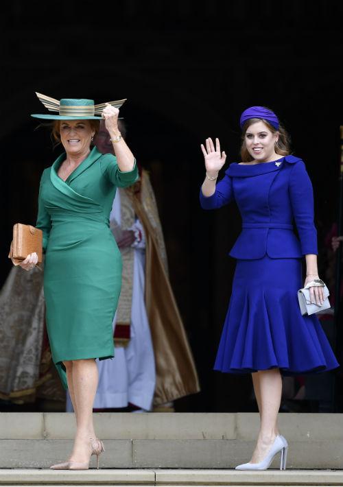 La madre de la novia, Sarah Ferguson y su hermana,  la princesa Beatriz. (AP)