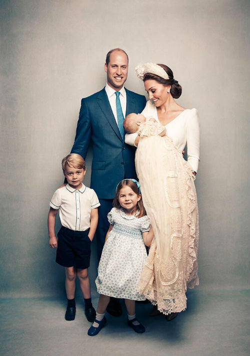 Le sigue su hijo mayor, William, en la foto junto a su esposa la duquesa de Cambridge, Kate Middleton, y sus hijos George, Charlotte y Louis. (AP)