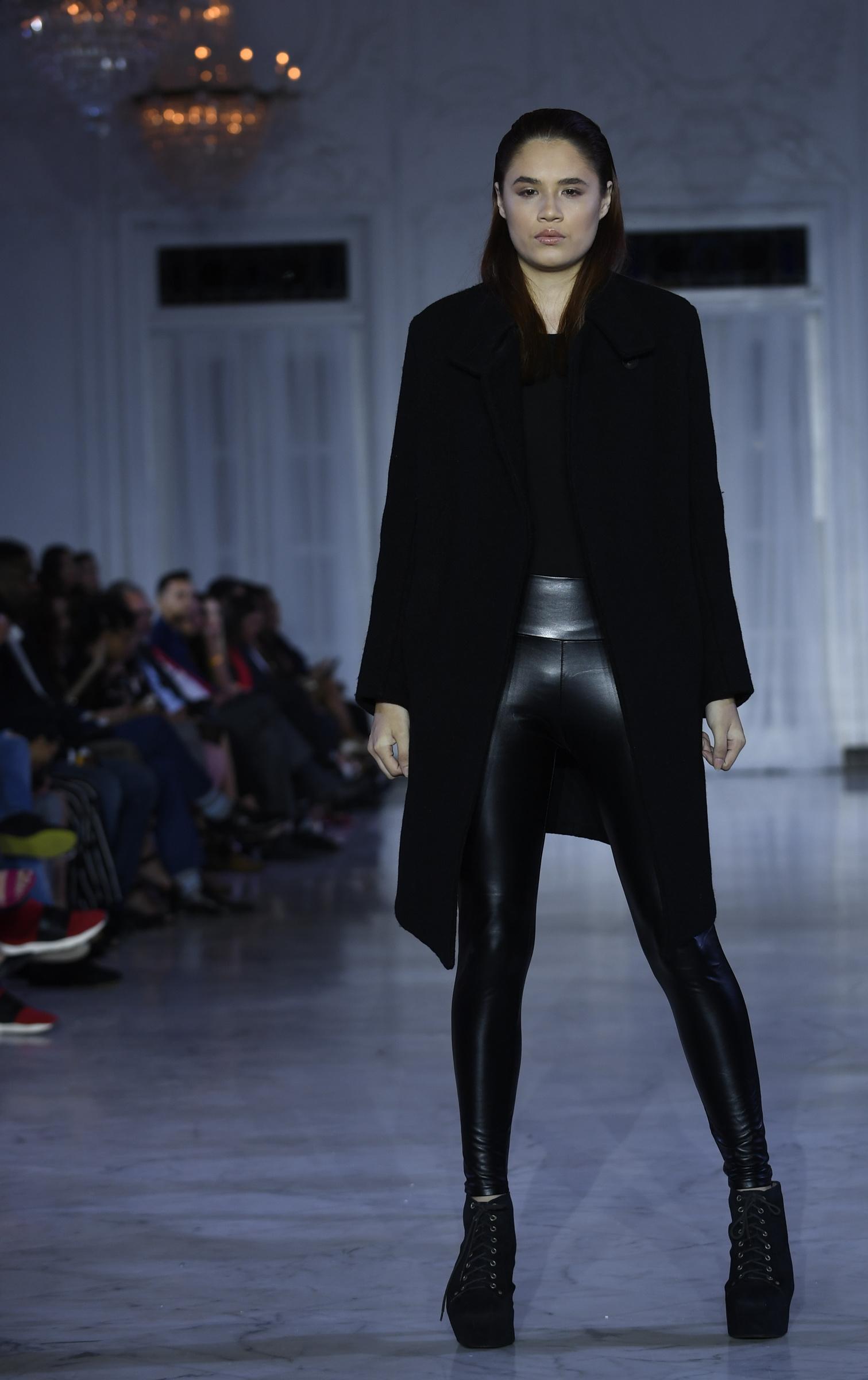 """Pantalón de cuero tipo """"legging"""" con chaqueta larga, en un """"total look""""negro de Jeanette Limas. Foto Ángel Luis García"""