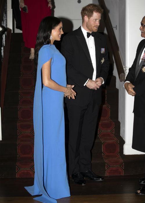 Markle lució un vestido azul klein con capa. (AP)