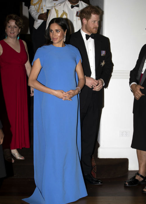 El vestido dejó un poco al descubierto su pancita, producto del embarazo de su primer hijo junto al príncipe Harry. (AP)