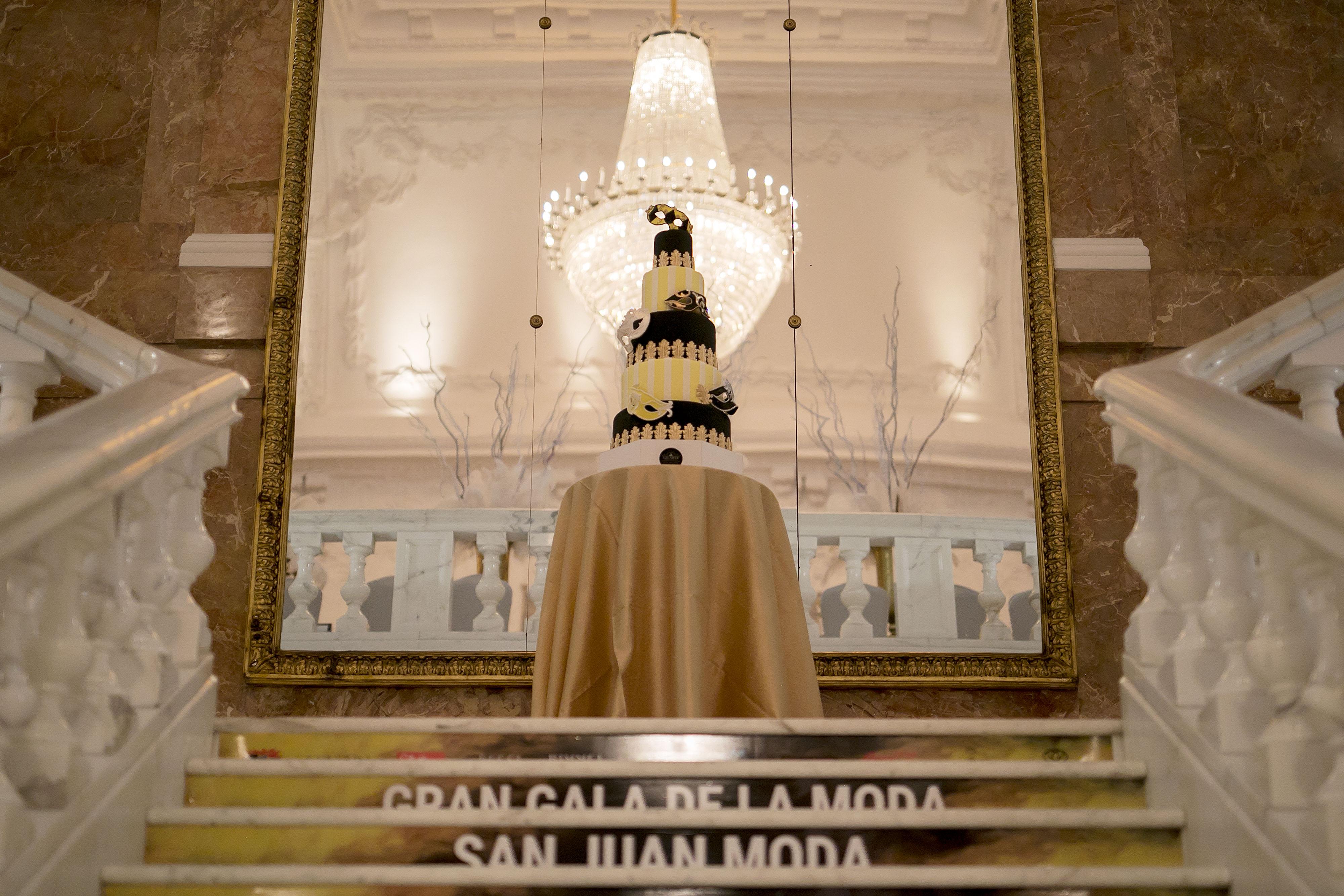 Un bizcocho en negro, blanco y dorado recibía a los invitados, antes de subir al gran salón de banquetes. Foto Xavier García