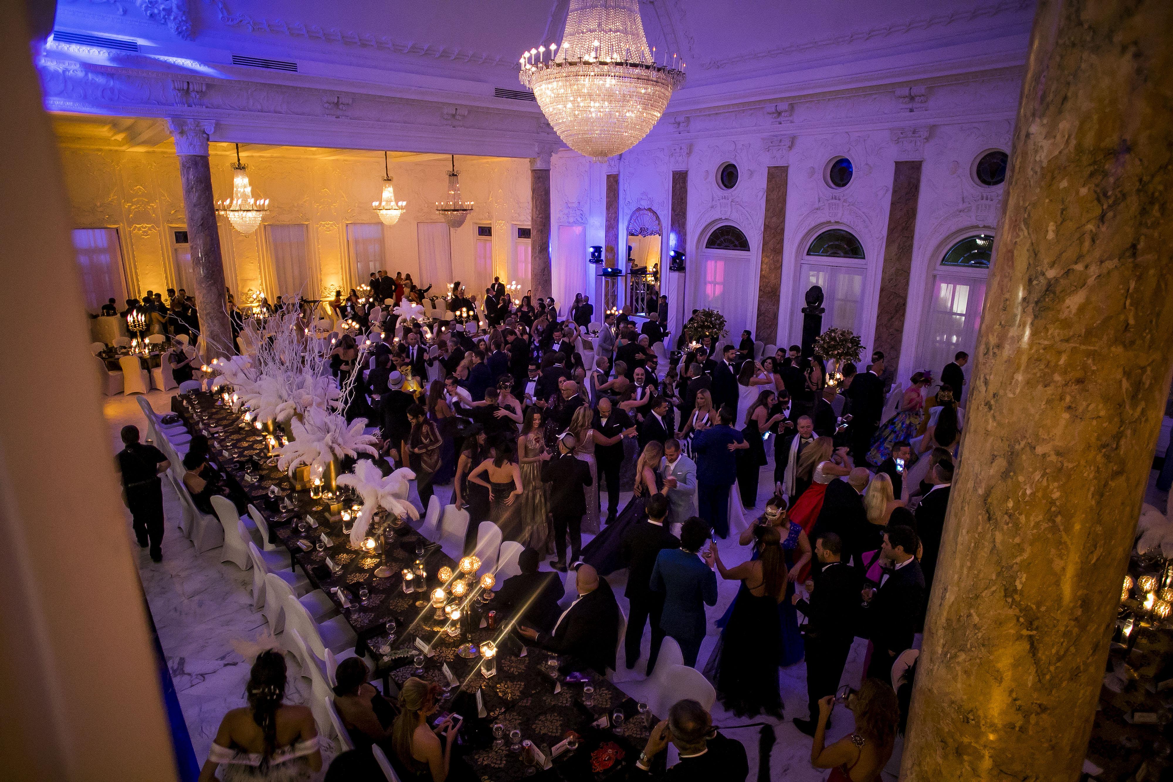 Vista del concurrido evento en el que se destacó la decoración con plumas y las máscaras. Foto Xavier García.