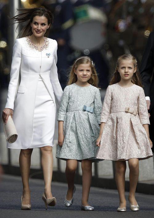 Letizia llega junto a su madre y su hermana a la carrera de San Gerónimo para la proclamación ante las Cortes Generales del Rey Felipe VI, en presencia de cerca de mil invitados entre miembros de la familia real, parlamentarios, ministros, presidentes autonómicos y expresidentes del gobierno. (EFE)
