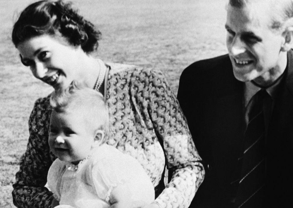 18 de julio de 1949. A la izquierda, el príncipe a sus ochos meses de nacido en los brazos de su madre, Elizabeth y su padre Philip. La foto fue tomada en su residencia de verano, en el Windlesham Moor, en Ascot. (AP)