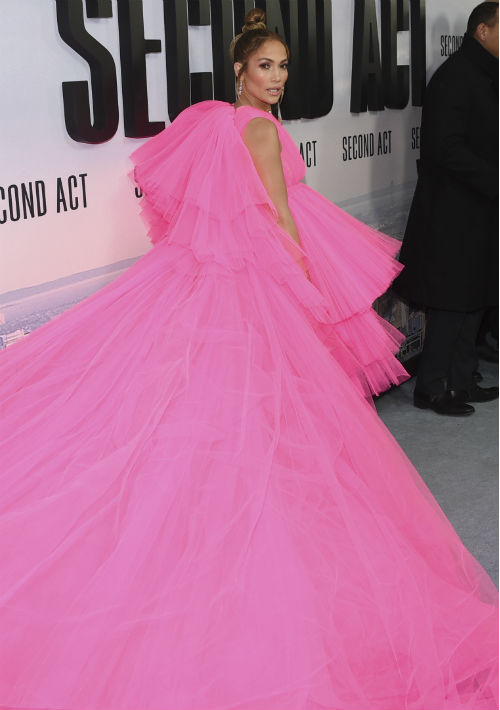 El vestido de tul rosa intenso, corto al frente y con una larga cola en capas, fue del diseñador Giambattista Vallis. (AP)