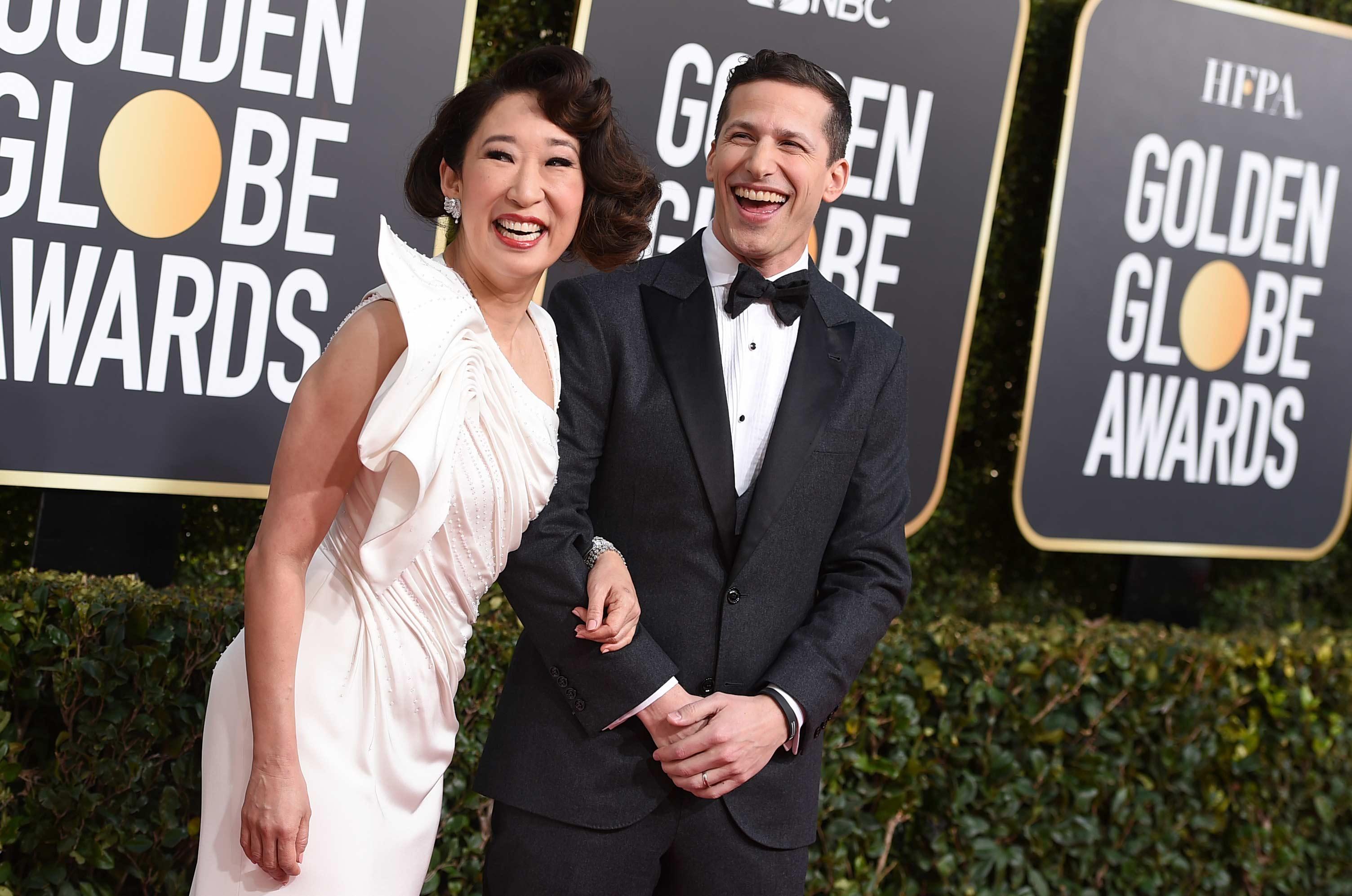 Sandra Oh y Andy Samberg, los presentadores de la noche de los Golden Globe, al llegar al evento. (Foto: AP)