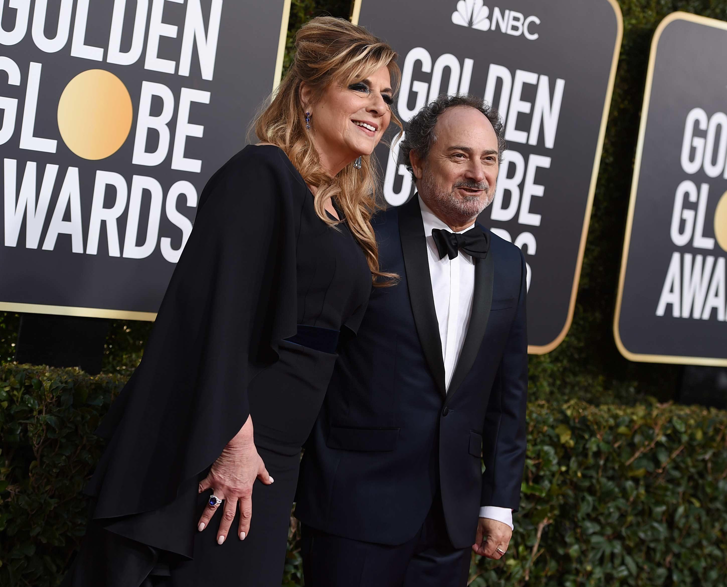 La productora y actriz estadounidense Caroline Aaron junto al comediante Kevin Pollak en los Golden Globe 2019. (Foto: AP)