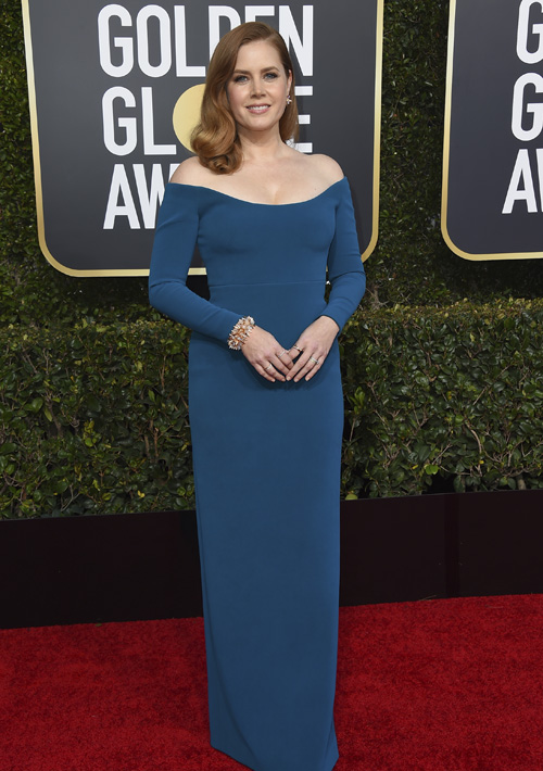 """La actriz Amy Adams con vestido """"off shoulder"""" de Calvin Klein. (Foto: AP)"""