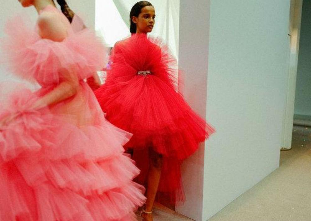 """Fotos mágicas que capturan el momento del """"behind the scenes"""" del mundo de los desfiles de moda, del lente magistral de Kevin Tachman. Aquí un instante del desfile """"Haute Couture"""" de Giambattista Valli. (Foto: Suministrada)"""