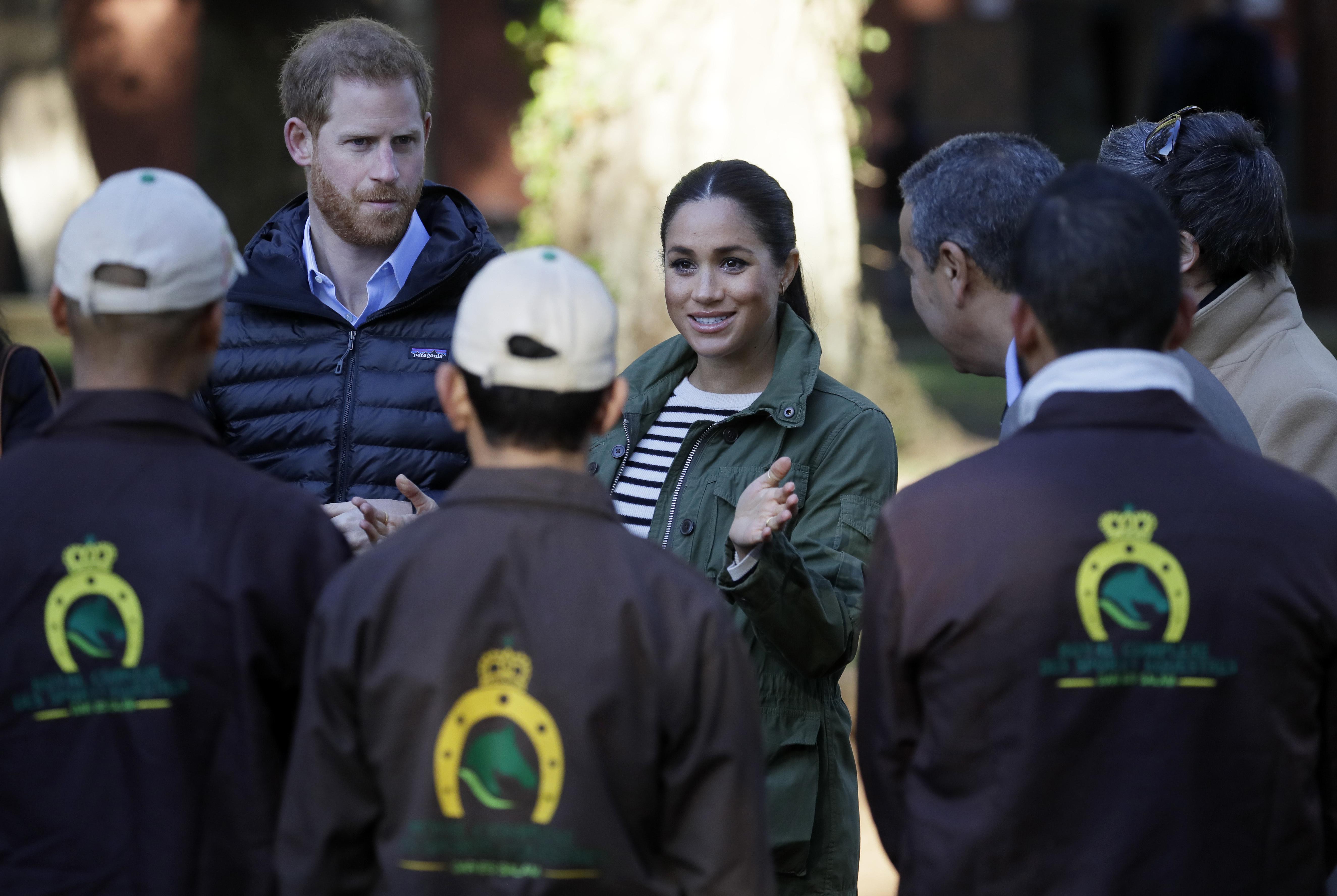 """La duquesa de Sussex, que dará a luz la próxima primavera, lució un """"look"""" muy cómodo y favorecedor para su útlimo día en Rabat. (AP)"""