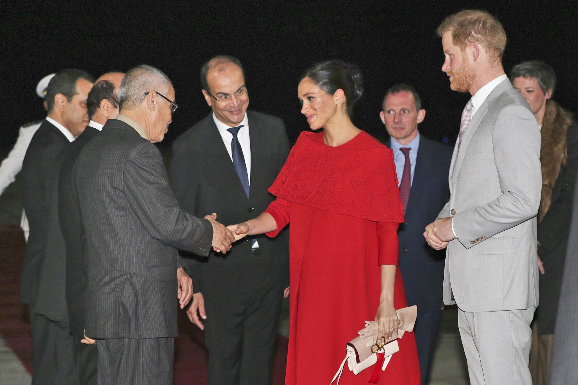 Como complemento, la duquesa escogió un bolso de mano en color beige. (AP)