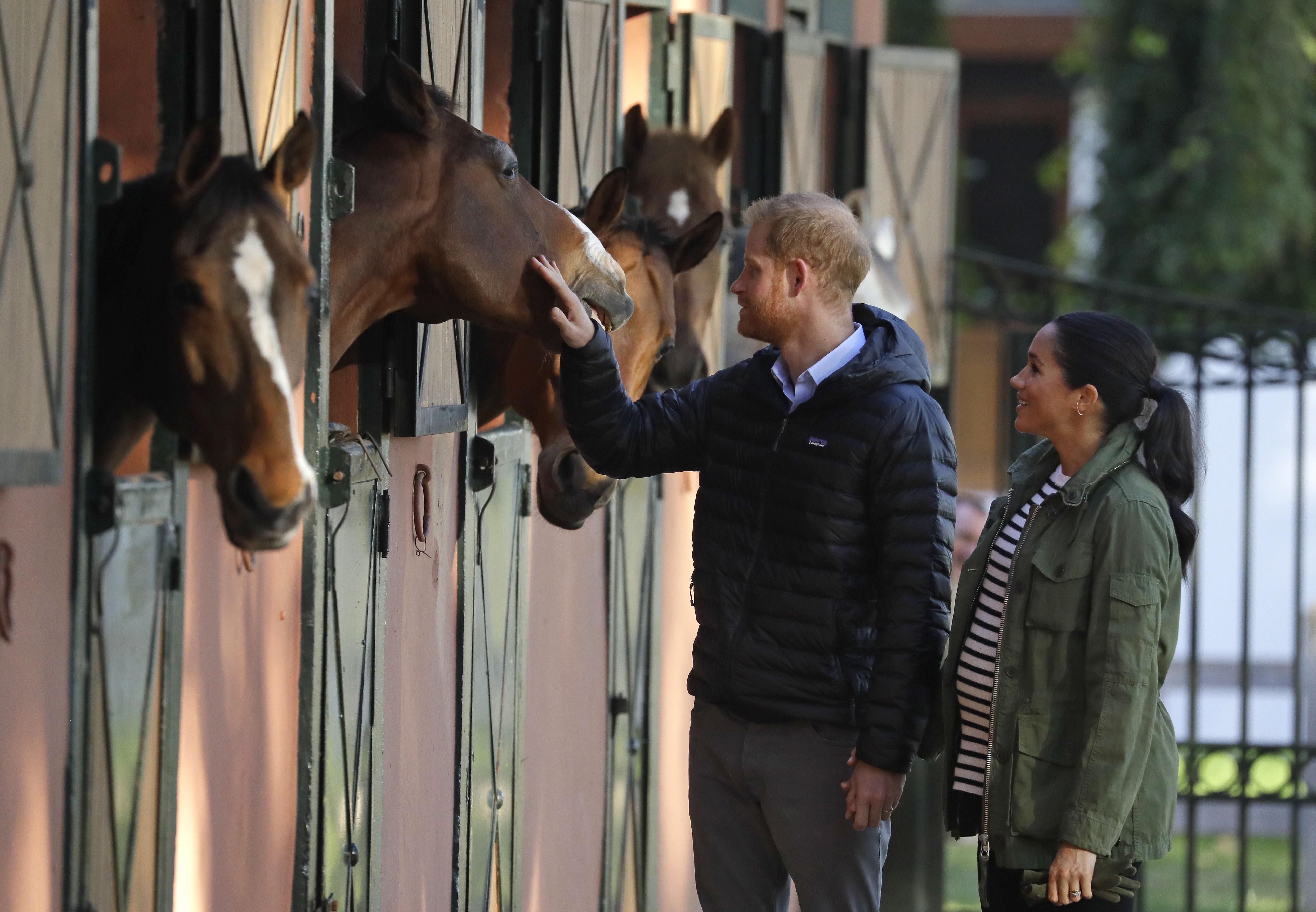 El matrimonio conoció de primera mano la terapia con caballos que se realiza en este centro para mejorar la calidad de vida de las personas discapacitadas. (AP)