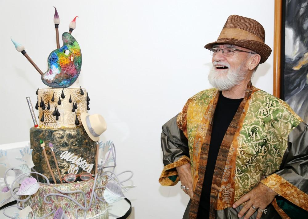 El artista  junto a su bizcocho de cumpleaños creado por C+M Cake Designers. (Foto Nichole Saldarriaga)