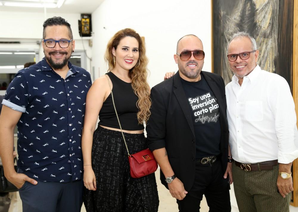 Víctor González, Lorna Otero,  el galerista Walter Otero y Lino Hernández durante la celebración.  (Foto Nichole Saldarriaga)