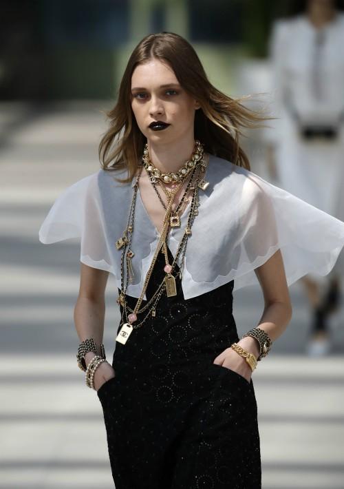 """Cerca de un centenar de modelos lucieron las creaciones de Virginie Viard, más sencillas, ligeras y funcionales de lo que el """"Káiser"""" acostumbraba. (AP)"""