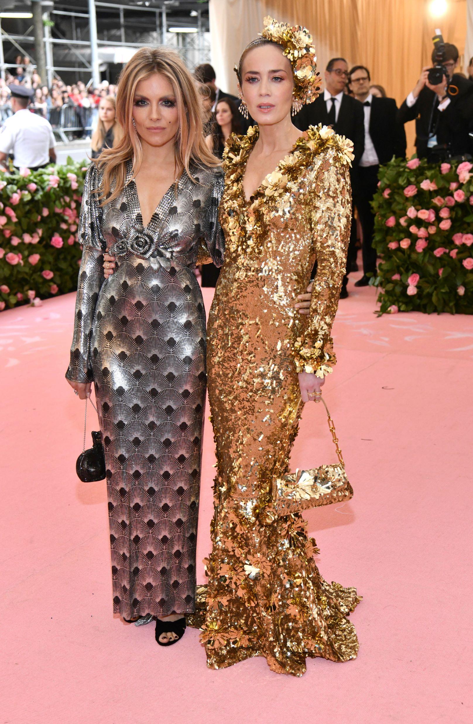 Las actrices Sienna Miller y Emily Blunt. (AP)