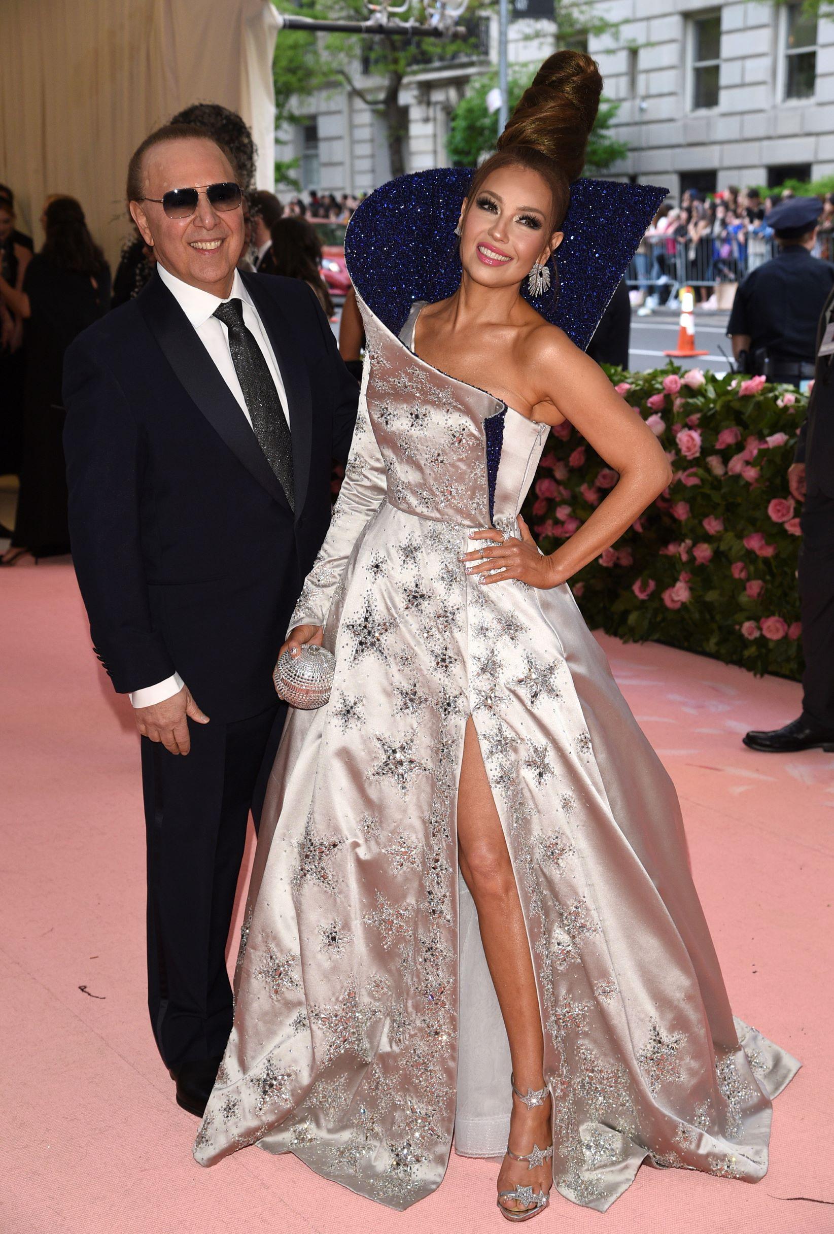 El productor Tommy Mottolla y la cantante Thalia. (AP)