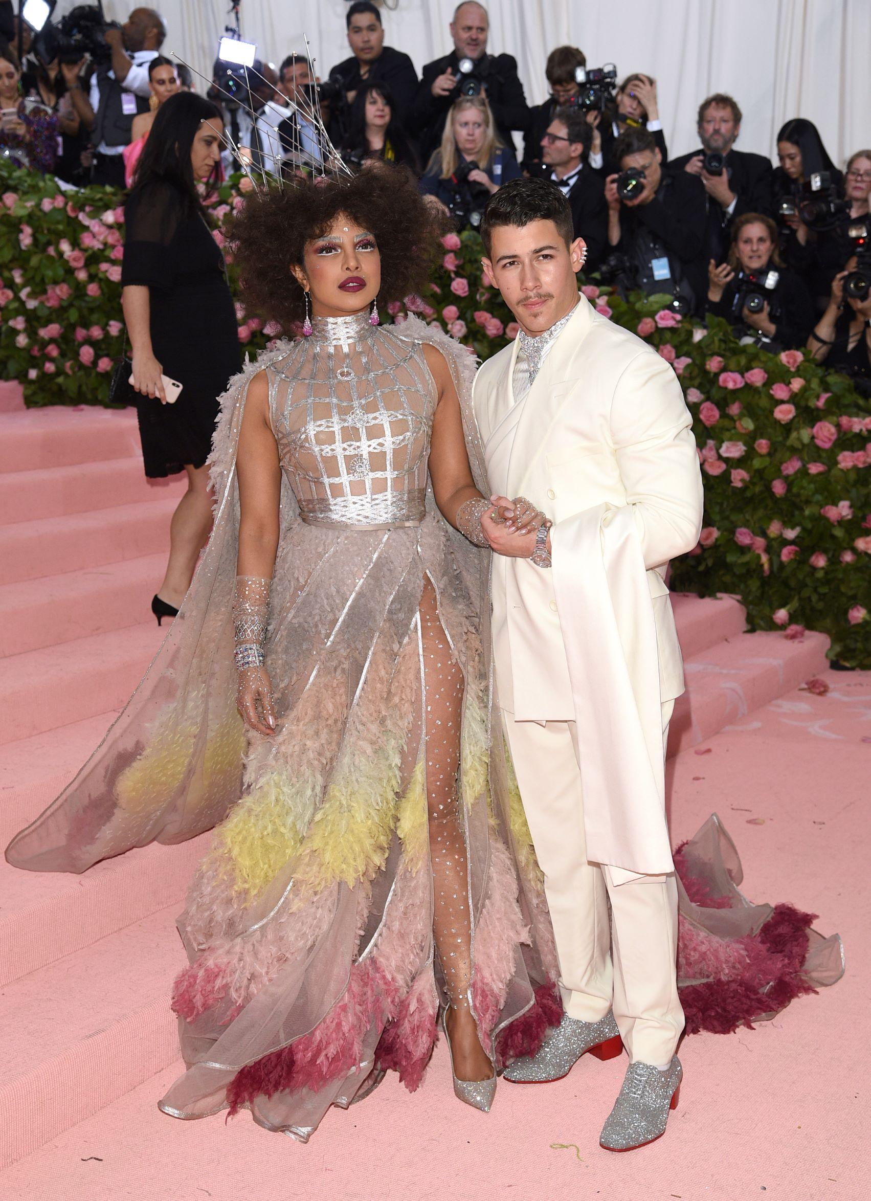 La actriz Priyanka Chopra y su esposo, el cantante Nick Jonas. (AP)