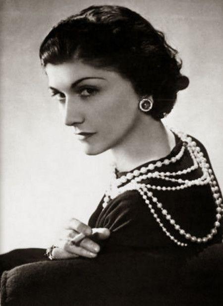 """Gabrielle Chanel - Revolucionó la moda del siglo XX. El logo """"CC"""", perlas, camelias, la cartera de piel acolchada con cadenas, la chaqueta Chanel, el zapato de puntera negra, el Chanel N. 5... legado que todavía disfrutamos. (Suministrada)"""