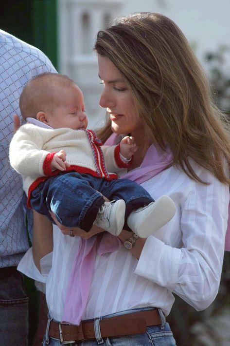 Junto a sus padres, celebrando su primera Navidad en Lanzarote en la residencia real de La Mareta, en Costa Teguise. (EFE)