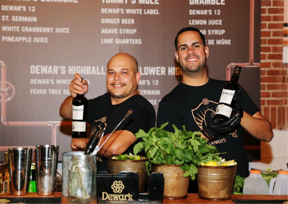 Los bartenders de Dewar's 12 prepararon cocteles para los invitados. (Nichole Saldarriaga)