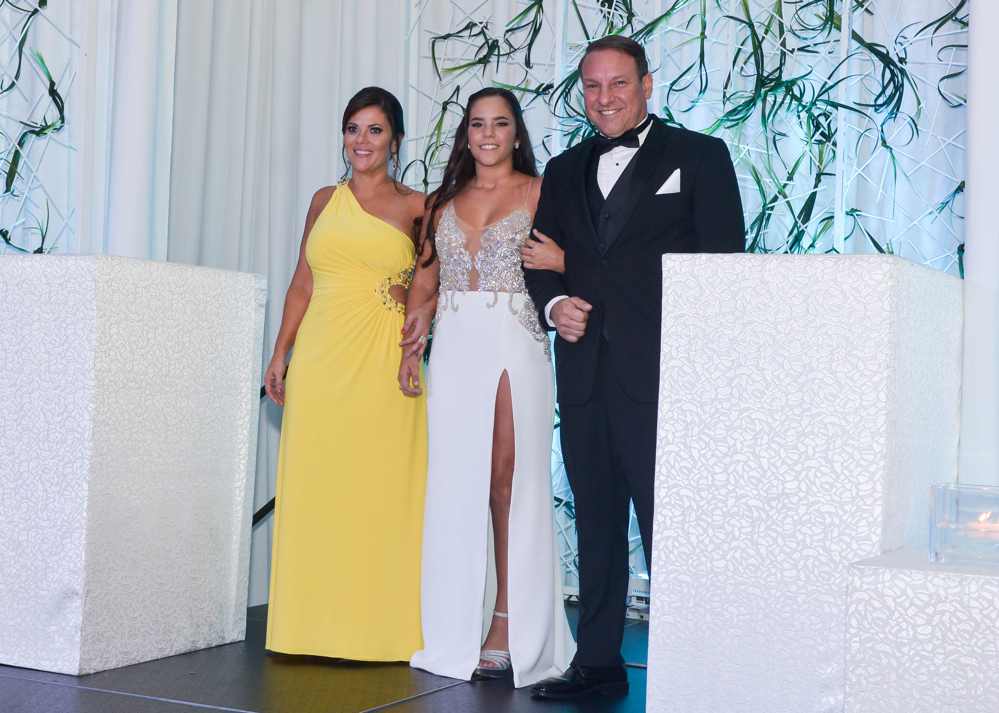 Isabel Magriñá desfila con María López y Javier Magriñá.Foto Enid M. Salgado Mercado.