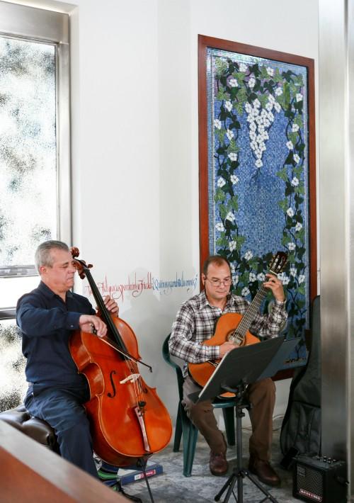 Durante la ceremonia, el grupo de violines de Carlos Valencia amenizó a los invitados con melodías sacras. (Suministrada)
