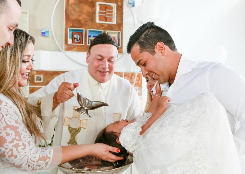 El sacramento bautismal lo ofició el padre Edwin Cruz. (Suministrada)