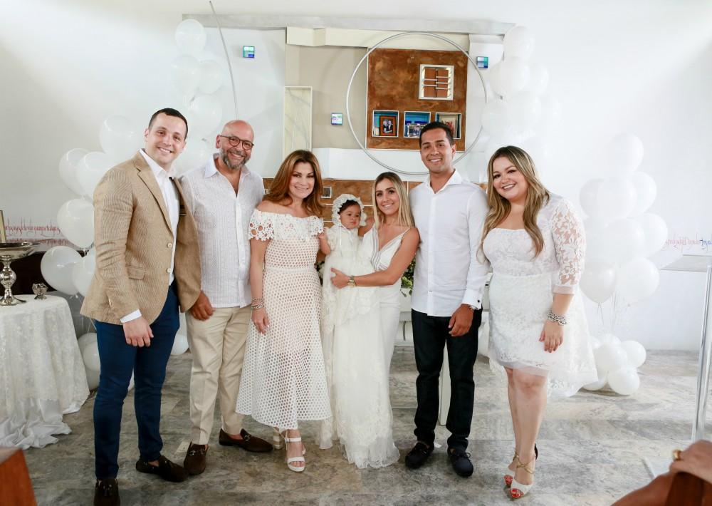 La ceremonia contó con la presencia de familia y amistades más cercanas, entre ellos, sus abuelos paternos, Damaris y Andrés Santiago, propietarios de D'Royal Bride. (Suministrada)