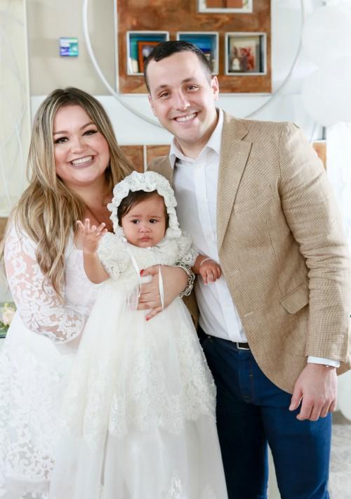 Los padrinos fueron el Dr. Esteban Andrés  y Andrea Damaris Santiago, hermanos del padre de la niña. (Suministrada)