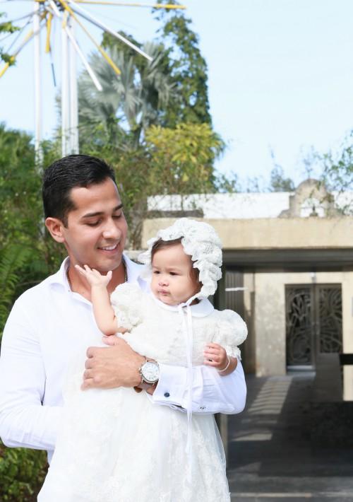 Andrés José no perdió ni un segundo en mimar a su pequeña. (Suministrada)