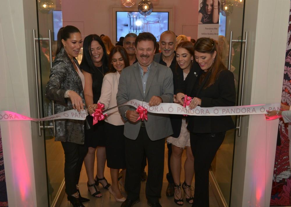 Raúl Rodríguez (centro), junto con Aileen Rodríguez, Marcelle Rexach y Eunice Arroyo, en el corte de cinta de Pandora de Plaza Carolina. (Enid M. Salgado Mercado)