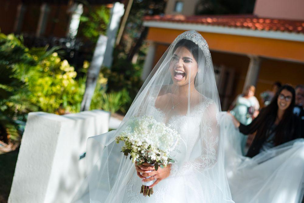 La emoción de la novia al dirigirse a la ceremonia. Foto William de la Cruz Photography