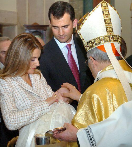 Leonor fue bautizada el 6 de enero de 2016 en una ceremonia oficiada por el arzobispo de Madrid, el cardenal Antonio María Rouco Varela, con agua del río Jordán traída desde Tierra Santa. El acto se celebró en el vestíbulo del Palacio de la Zarzuela. (EFE)