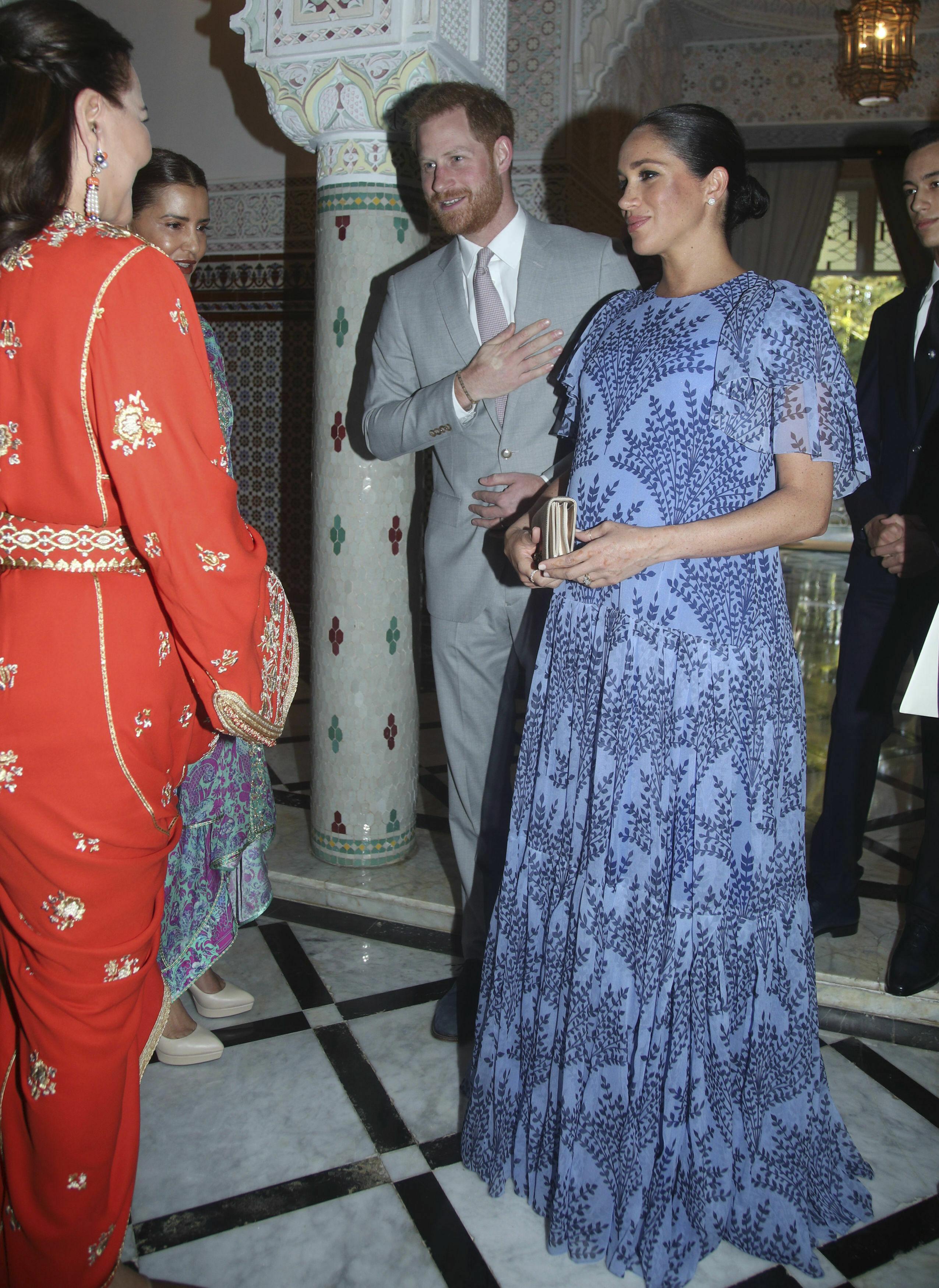 Durante el viaje a Marruecos también selección un vestido largo de manchas anchas de Carolina herrera para reunirse con la realeza marroquí. (Archivo)