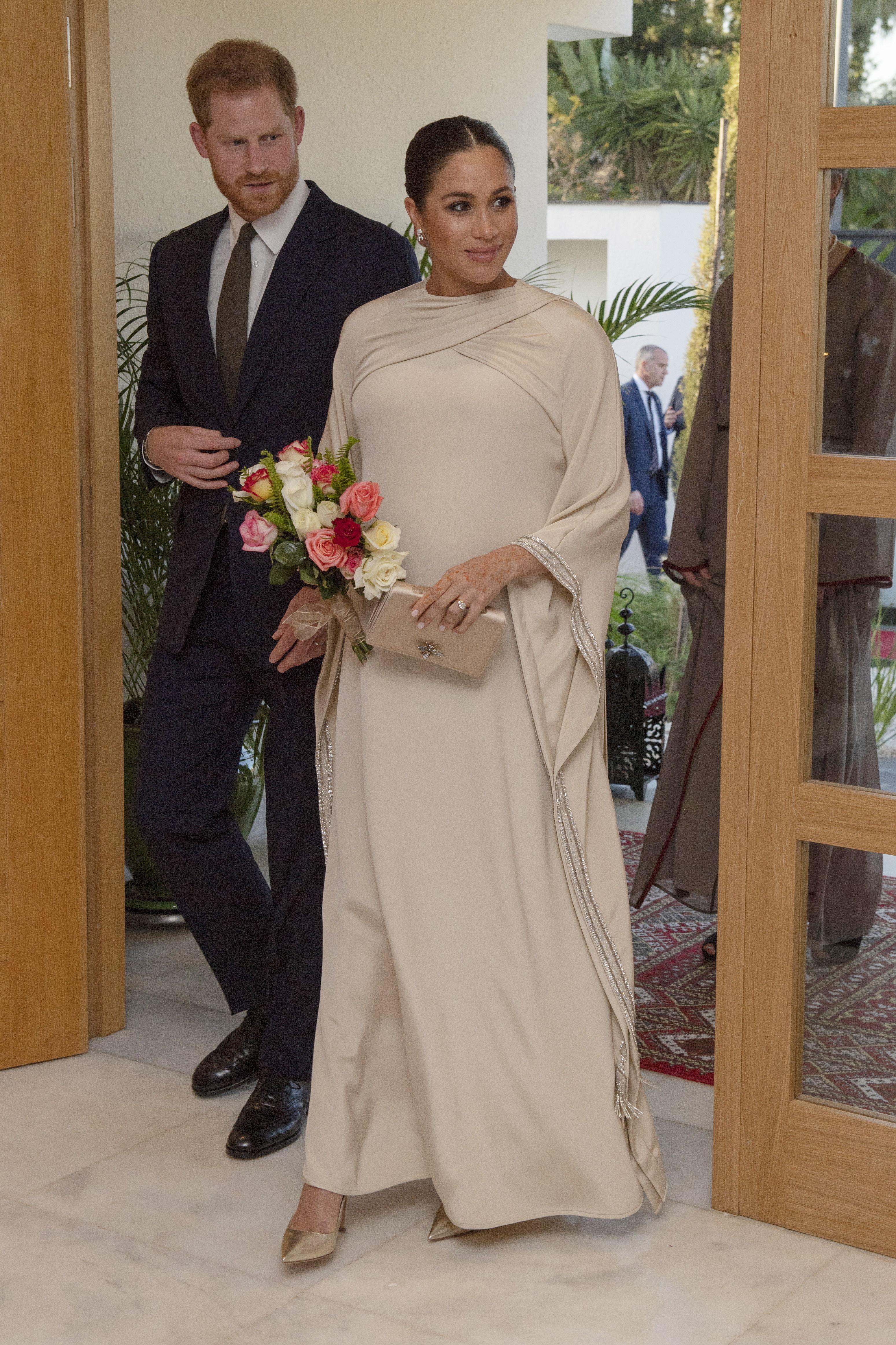 En febrero, durante la visita a Marruecos, la duquesa seleccionó un vestido largo, tipo caftán, de la casa de moda Dior, para asistir a la recepción del embajador británico en la ciudad de Rabat. (Archivo)