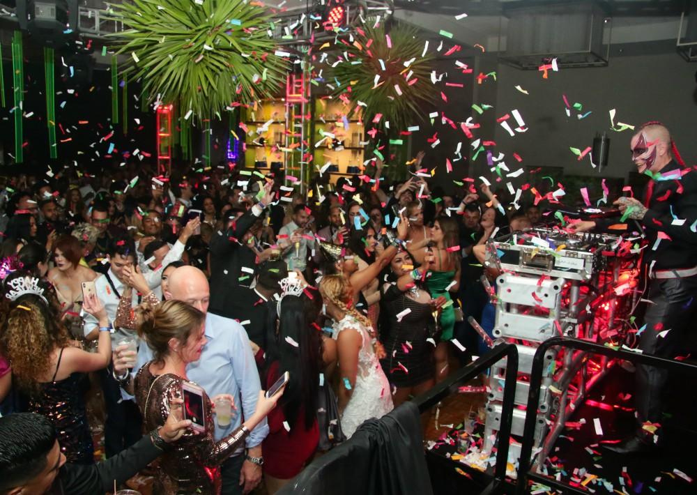 Los asistentes recibieron los nuevos veinte con una lluvia de confeti y la música de DJ Xtasys. (Suministrada)
