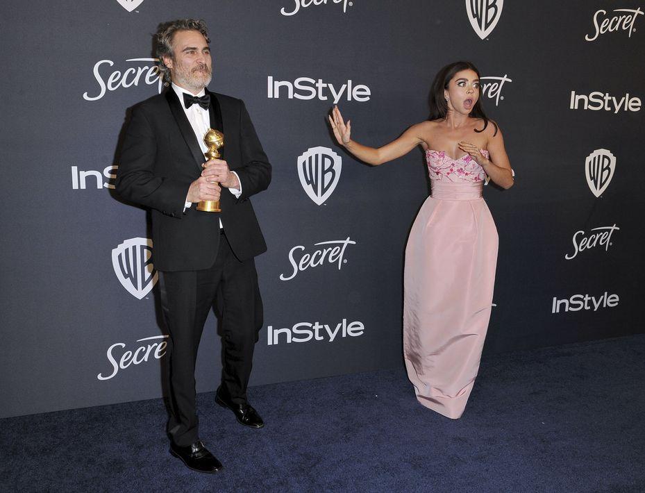"""Sarah Hyland, de Modern Family, quedó atónita cuando se encontró con Joaquin Phoenix el """"Joker"""", en la fiesta de In Style & Warner Bros. (Richard Shotwell/Invision/AP)"""