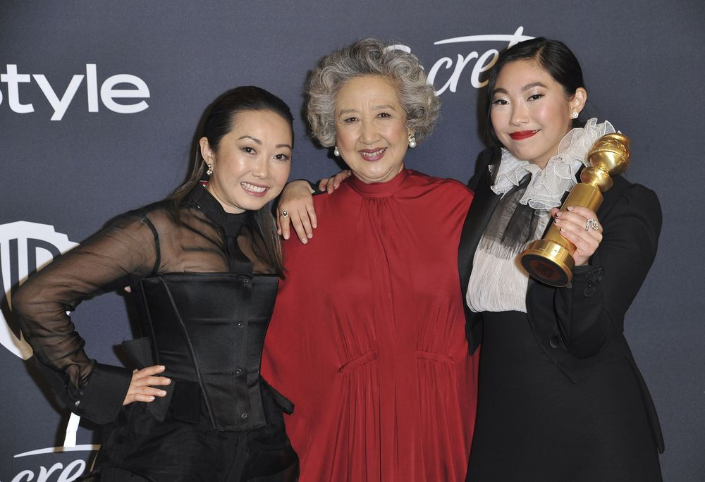 "Awkwafina (extrema derecha) con el Golden Globe que ganó en la categoría de mejor actriz en un musical o comedia por ""The Farewell"", junto a la directora Lulu Wang y Zhao Shuzhen.  (Richard Shotwell/Invision/AP)"