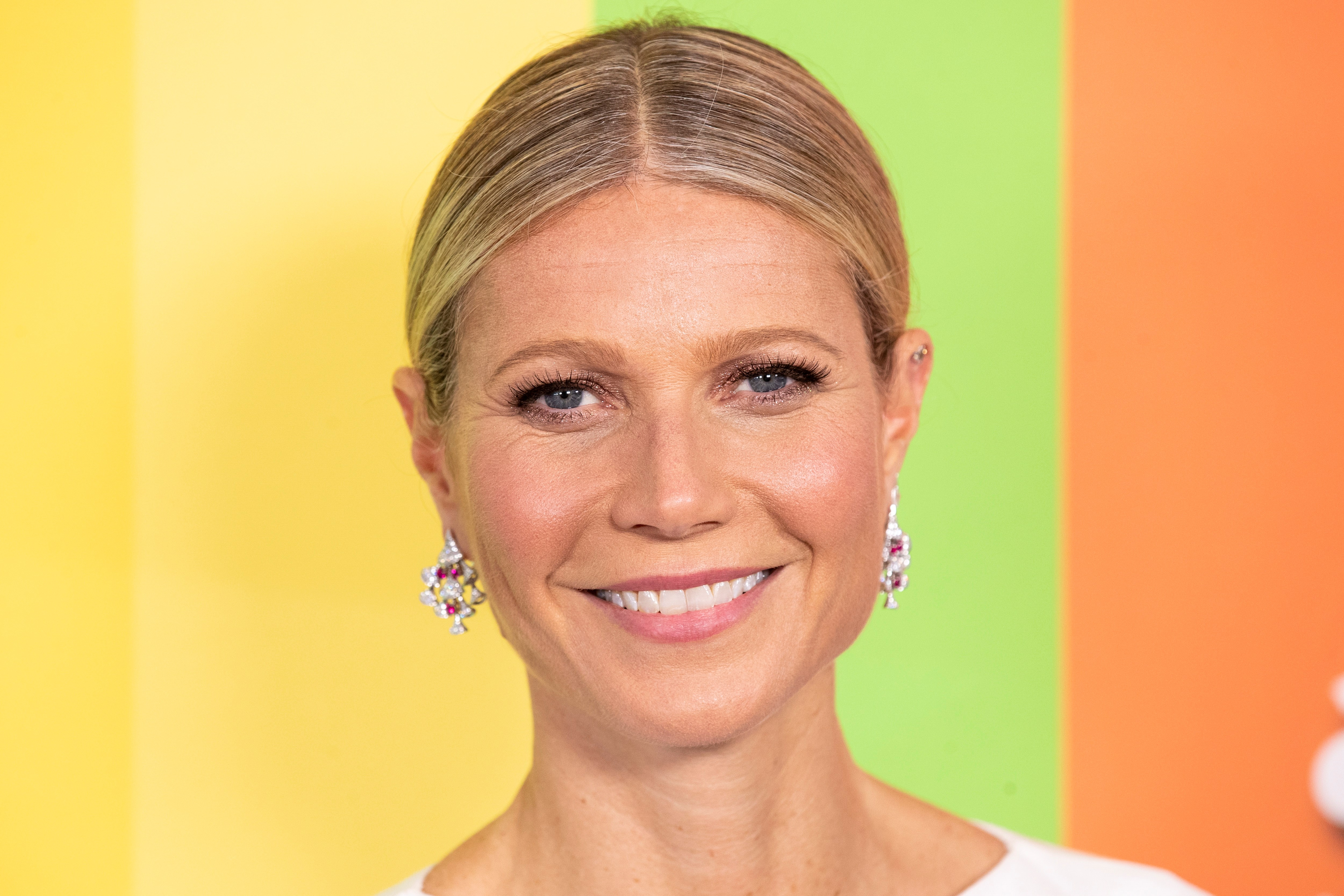Gwyneth Paltrow deja que sus canas se mezclen con su cabello rubio. (Archivo)