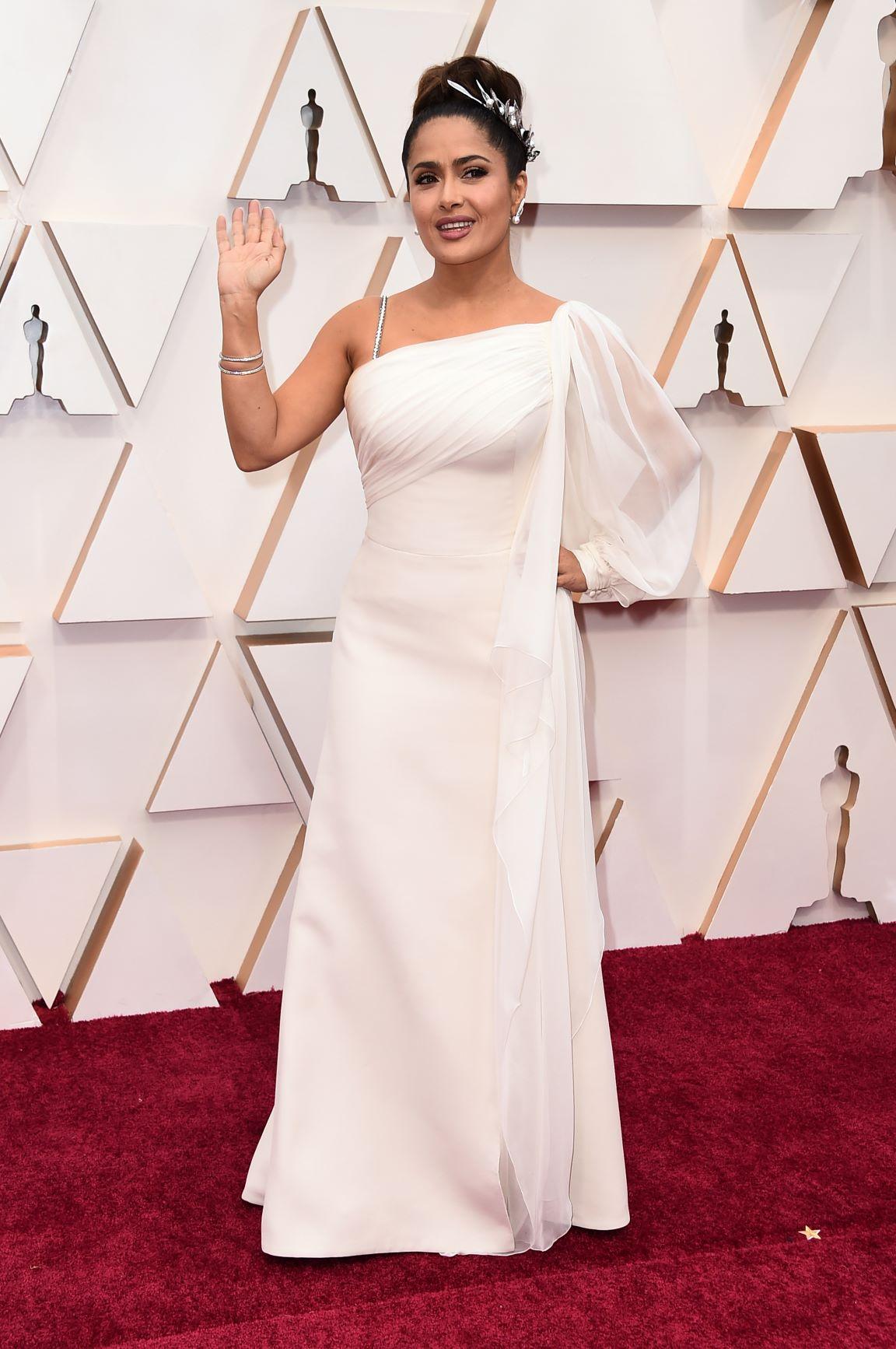 La actriz Salma hayek optó por un vestido blanco de Gucci. (AP)