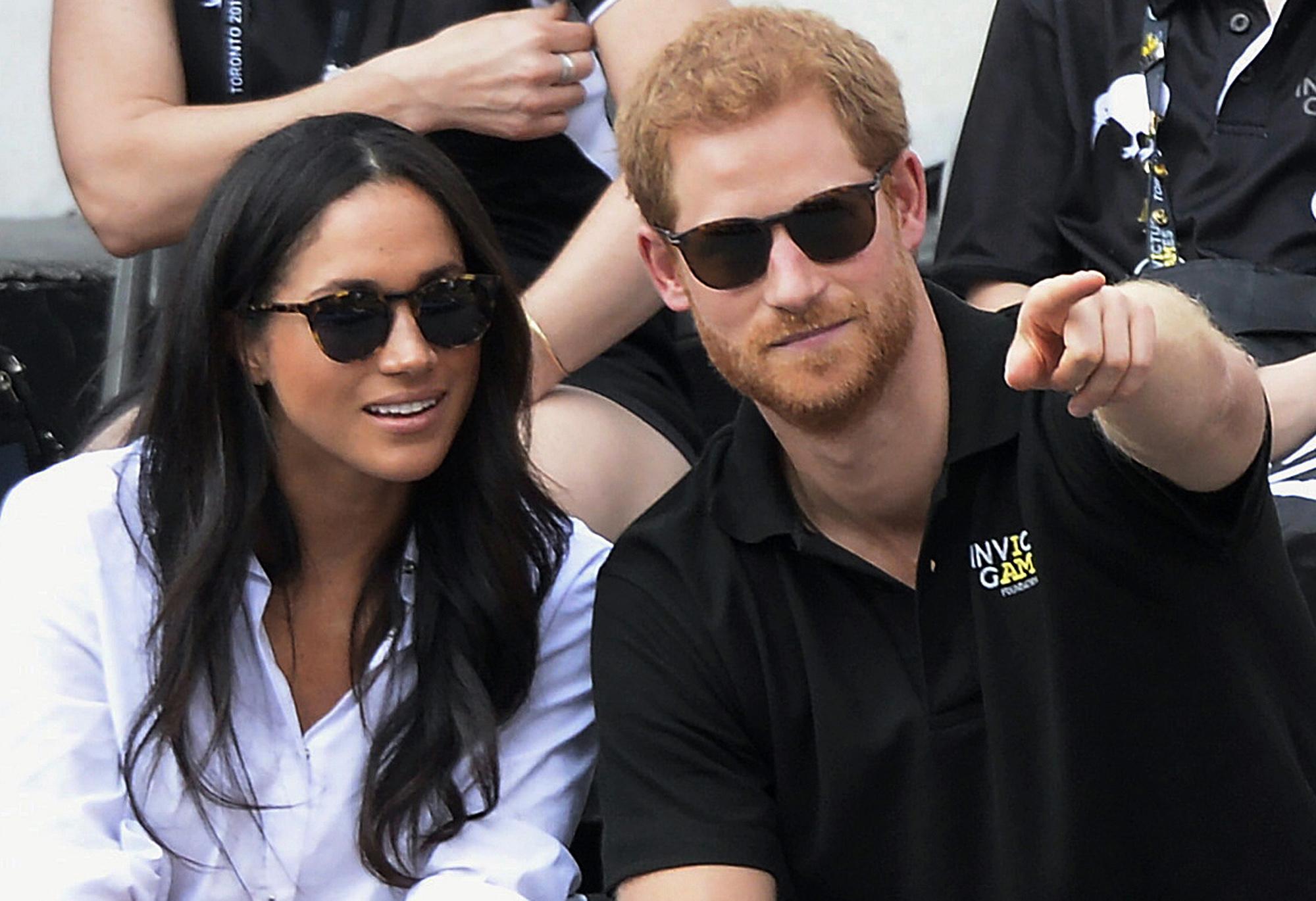 """La noticia de la relación entre la actriz y el príncipe se dio a conocer en septiembre de 2017, cuando Meghan le dijo a la revista que ellos eran """"dos personas que están realmente felices y enamoradas"""" y más adelante hicieron su primera aparición pública oficial como pareja durante el torneo tenis en silla de ruedas, Harry's Invictus Games, en Toronto. (Archivo)"""
