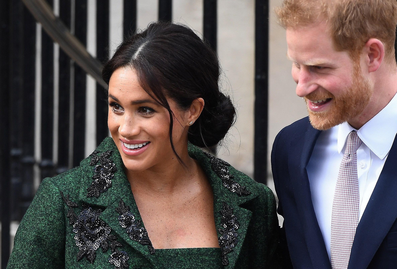 También se dice que el príncipe Harry y Meghan Markle han entregado comida a enfermos como parte de su obra voluntaria a Project Angel Food. (Archivo)