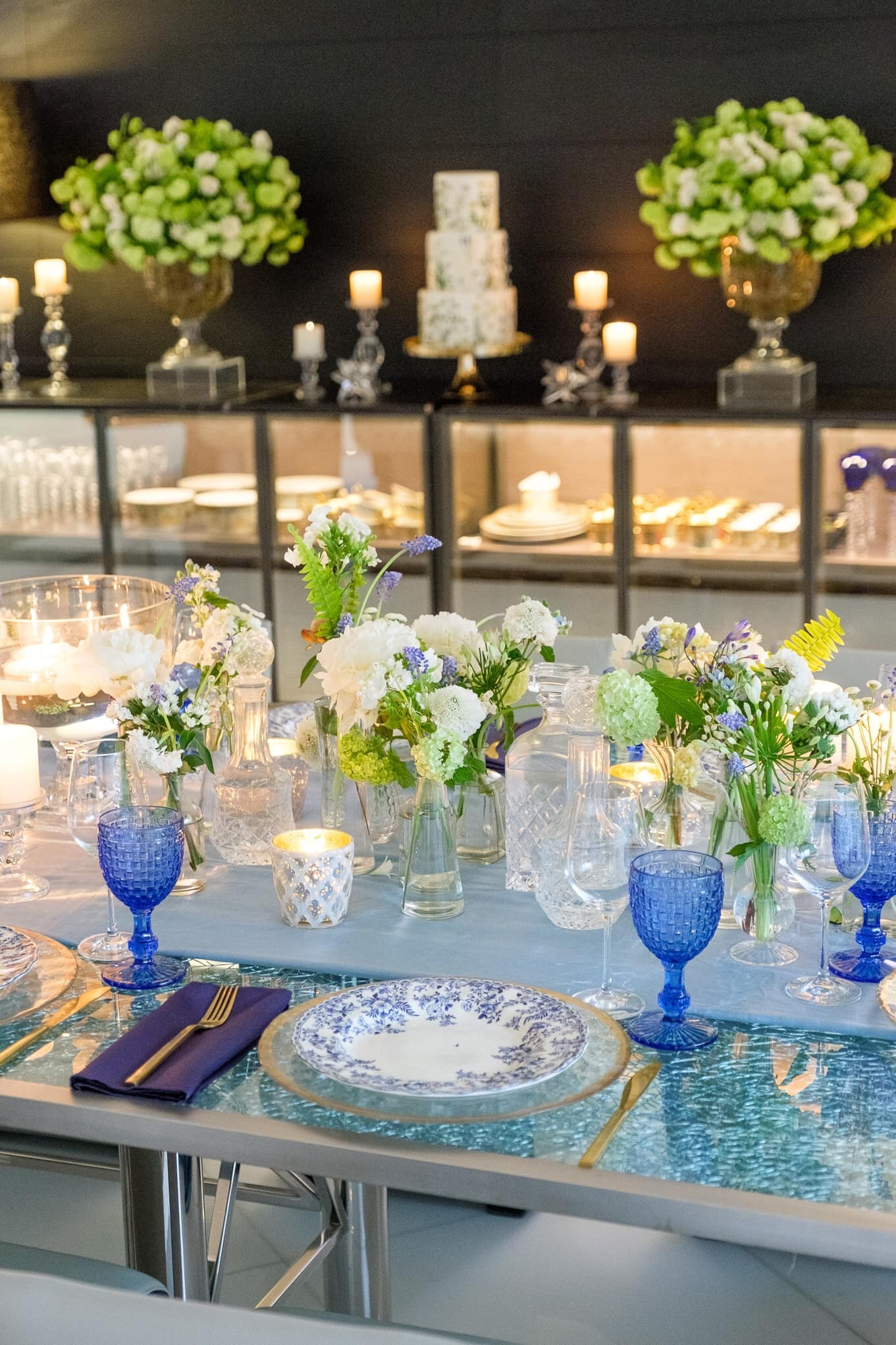 """Dos estancias que no pueden faltar en una boda en casa es un área para realizar la ceremonia y una mesa donde brindar luego de que los recién casados hayan expresado el esperado """"sí, acepto"""". (Ishan Robles)"""