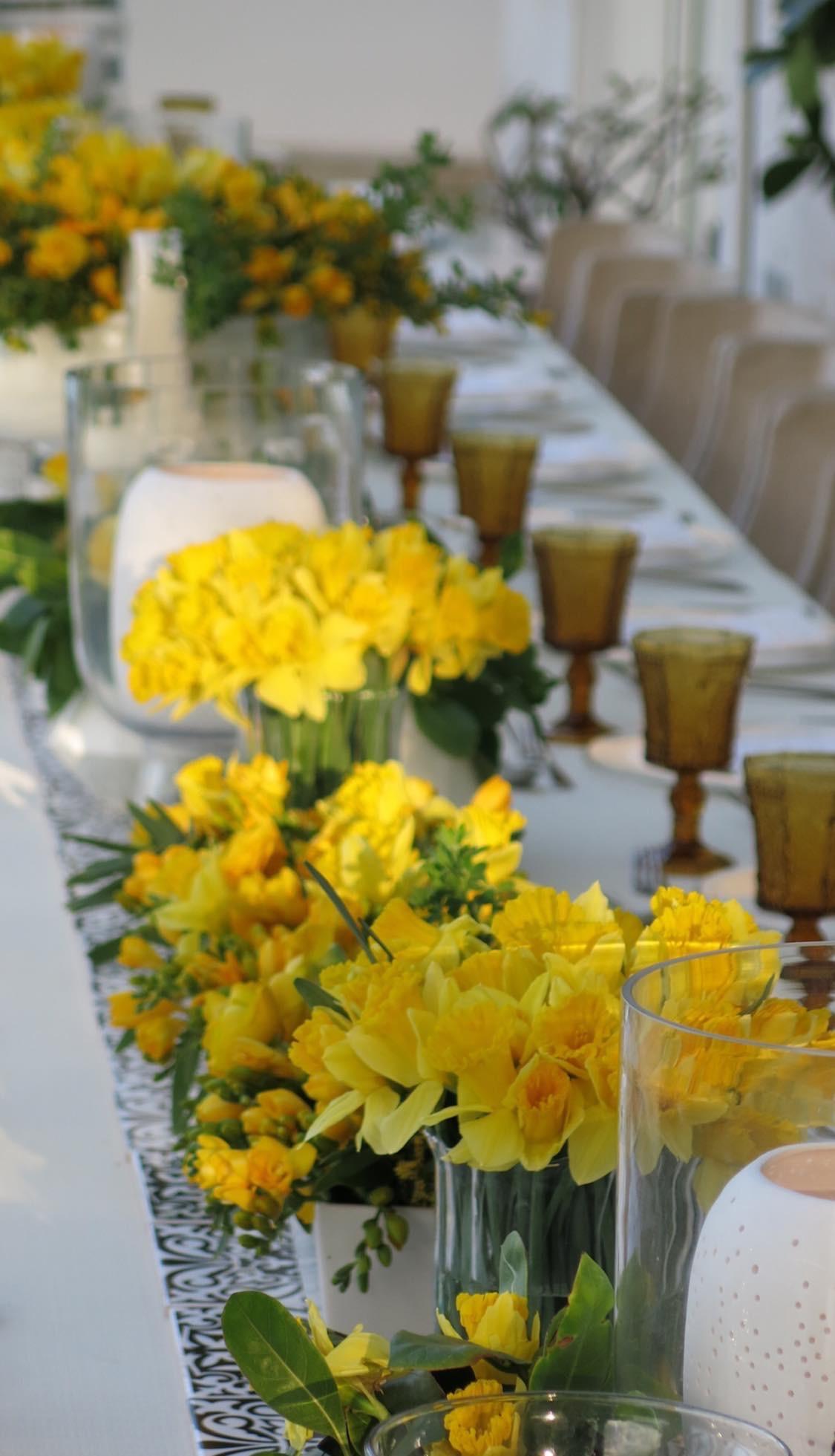 La mayoría de las veces, una instalación floral junto a un elemento -especialmente- de metal o texturizado- es más que suficiente para causar una buena impresión. (Julio Cintrón)