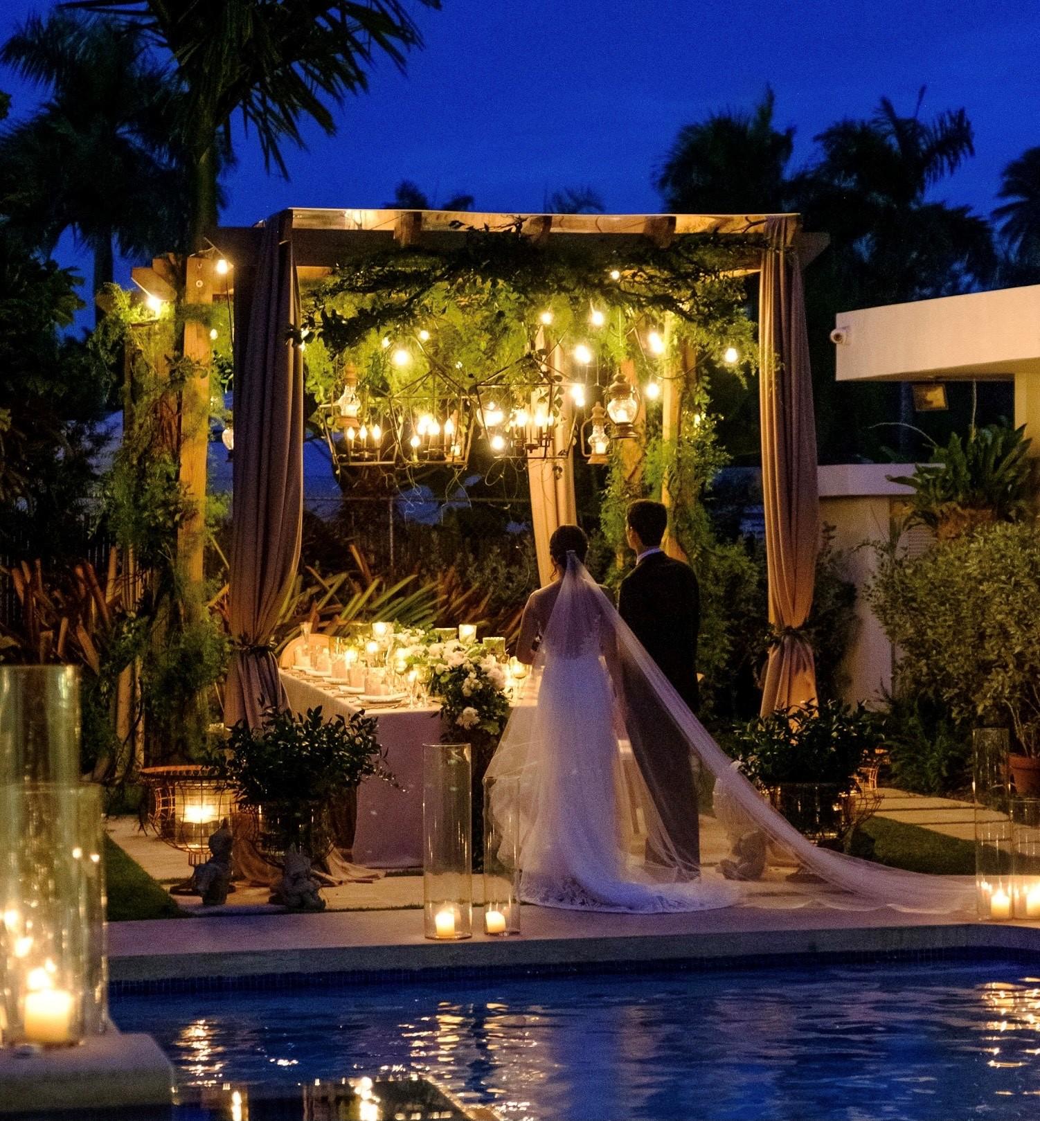 Vestido de la novia: Harry Robles. Arreglo personal: Raúl Collazo. Atuendo del novio: Leonardo's Fifth Avenue (Wedding Mafia)